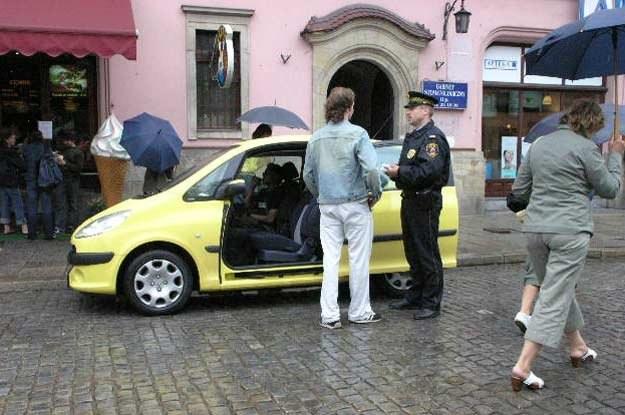 Czy straż miejska może zatrzymywać samochody? /INTERIA.PL