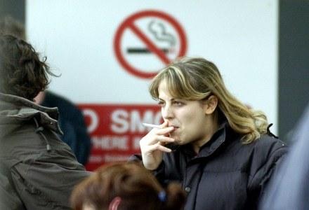 Czy telefony komórkowe faktycznie mogą być tak groźne jak papierosy? /AFP