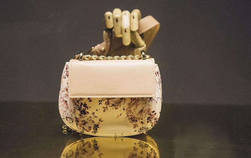 Czy to jeszcze torebka czy już modny, biżuteryjny drobiazg? /©123RF/PICSEL