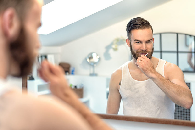 Czy to możliwe, że wszyscy źle szczotkujemy zęby? /©123RF/PICSEL