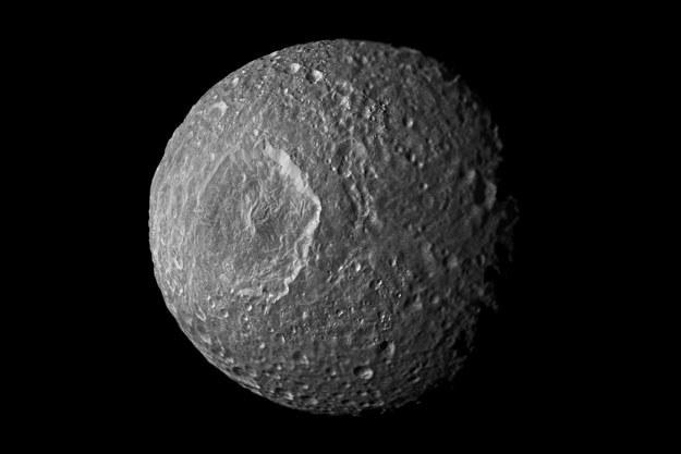 Czy we wnętrzu Mimasa kryje się ocean? /NASA