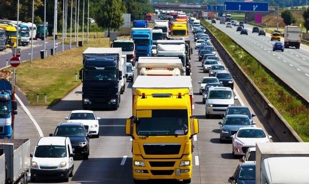 Czy wprowadzenie płatności za autostrady z poziomu nawigacji GPS rozwiązałoby problemy z korkami przy bramkach? /©123RF/PICSEL