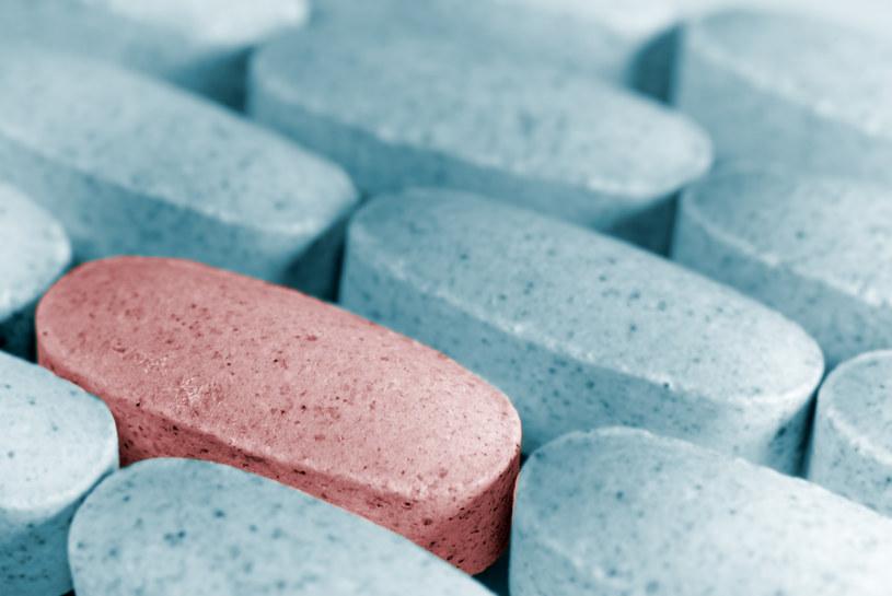 Czy zażywanie antybiotyków powinno się zaprzestać, gdy tylko poczujemy się lepiej? /© Glowimages
