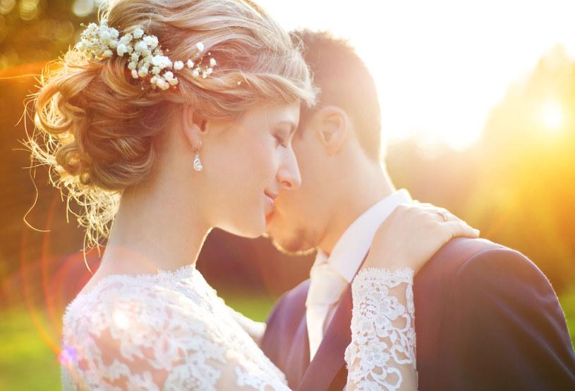 Czy zegarek pasuje do sukni ślubnej? /©123RF/PICSEL