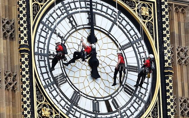 Czyszczenie tarczy słynnego zegara /PAP/EPA/ANDY RAIN /PAP/EPA