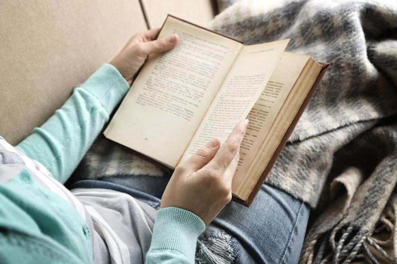 Czytanie w świetle nocnej lampki? To nie jest najlepszy pomysł /123RF/PICSEL