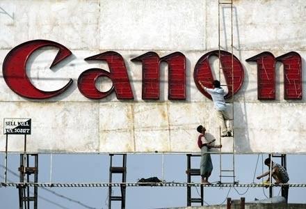 Czyżby kolejny wyciek kontrolowany z Canona? /AFP