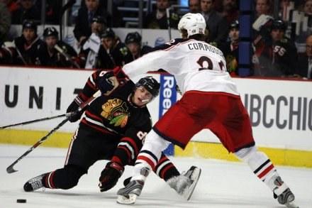 Czyżby Patrickowi Kane'owi brakowało już twardej walki na lodzie? /AFP