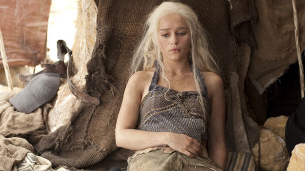 Daenerys Targaryen (Emilia Clarke) była bezbronną nastolatką wydaną za władcę koczowniczego ludu. W drugiej serii, już jako wdowa, musi walczyć na pustyni o własne życie, ocalenie nielicznych wiernych poddanych i... trzech malutkich smoków. /HBO /materiały prasowe