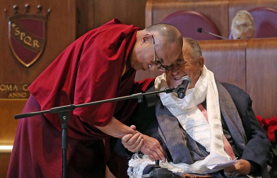 Dalajlama oraz włoski reżyser Bernardo Bertolucci podczas 14. szczytu laureatów Pokojowej Nagrody Nobla w Rzymie /ALESSANDRO DI MEO    /PAP/EPA