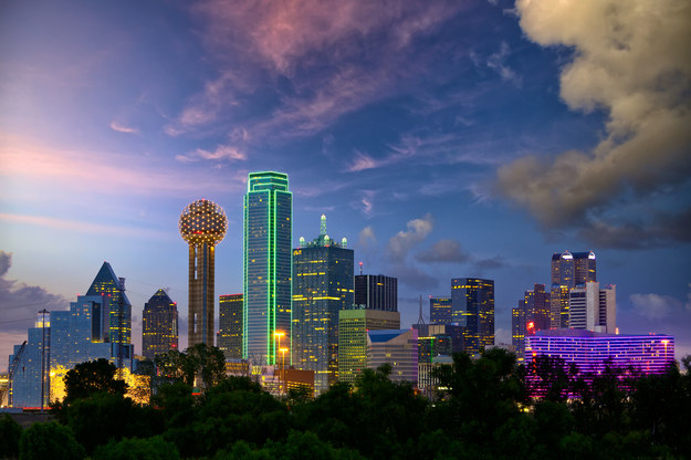 Dallas city skyline o zmierzchu /123/RF PICSEL