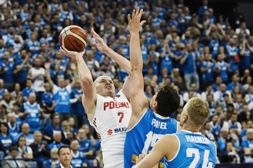 """Damian Kulig (w białym stroju) w meczu """"Biało-Czerwonych"""" /AFP"""