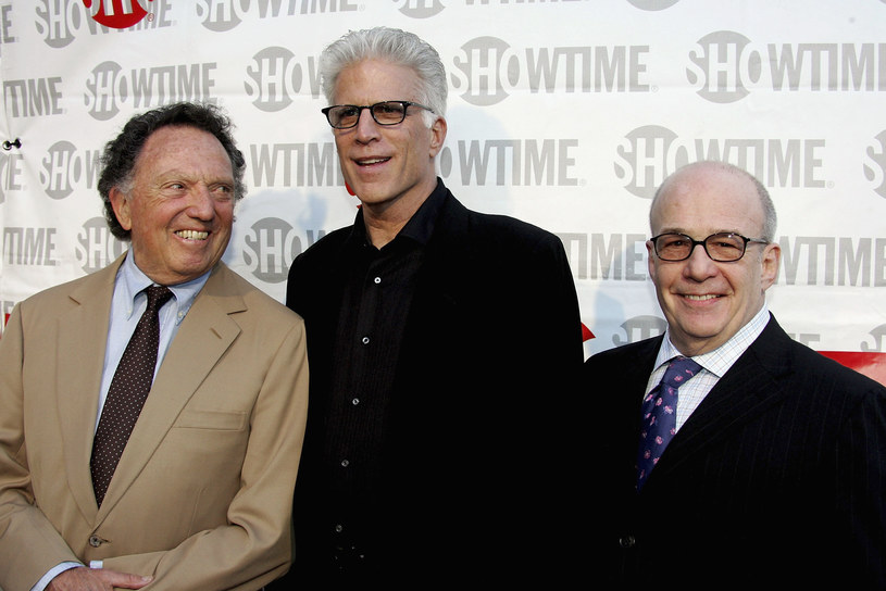 "Dan Curtis, Ted Danson i David Kennedy podczas premiery filmu ""Our Fathers"" /Frazer Harisson /Getty Images"