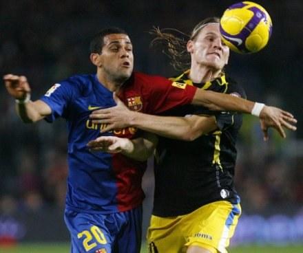 Dani Alves walczy o piłkę z Polanskim /AFP