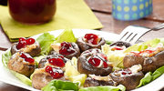 Dania z grilla. Pieczarki z serem camembert i porzeczkami