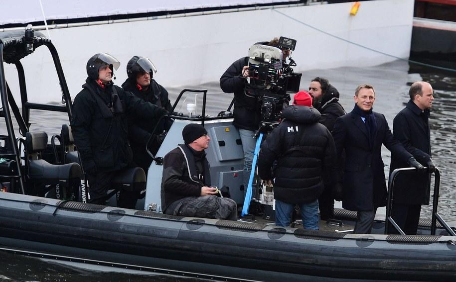 """Daniel Craig i polski operator Łukasz Bielan na planie """"Spectre"""" /PA/Ian West    /PAP/EPA"""