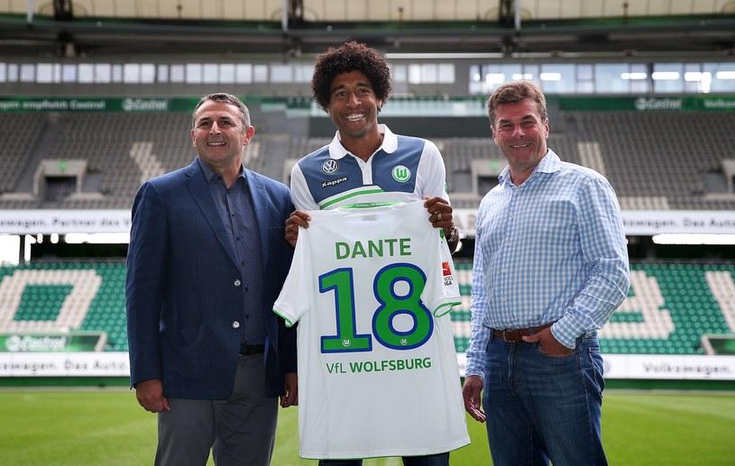 Dante pozuje z koszulką Wolfsburga /AFP