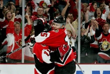 Dany Heatley i Daniel Alfredsson celebrują zwycięskie trafenie. Senators-Sabres 1:0 /AFP