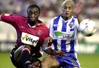 Dario Silva (z prawej walczy z Domoraud) strzelił Espanyolowi 2 bramki, ale i tak Malaga przegrała