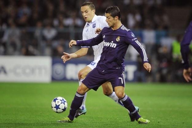 Dariusz Dudka w pojedynku z Cristiano Ronaldo /AFP