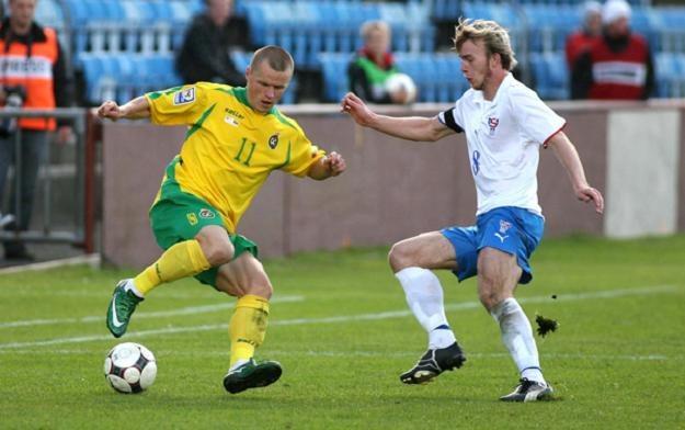 Darvydas Szernas (w żółtym stroju) jest bohaterem mnóstwa transferowych spekulacji /AFP
