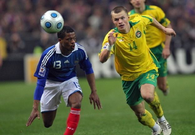 Darvydas Szernas (z prawej) w pojedynku z Francuzem Patrice Evrą. /AFP