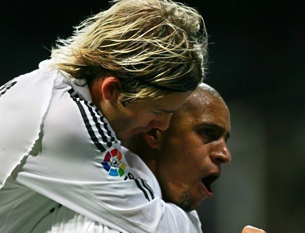 David Beckham gratuluje Roberto Carlosowi /AFP