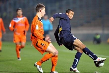 David Bellion (przy piłce) dwa razy pokonał bramkarza Lorient /AFP