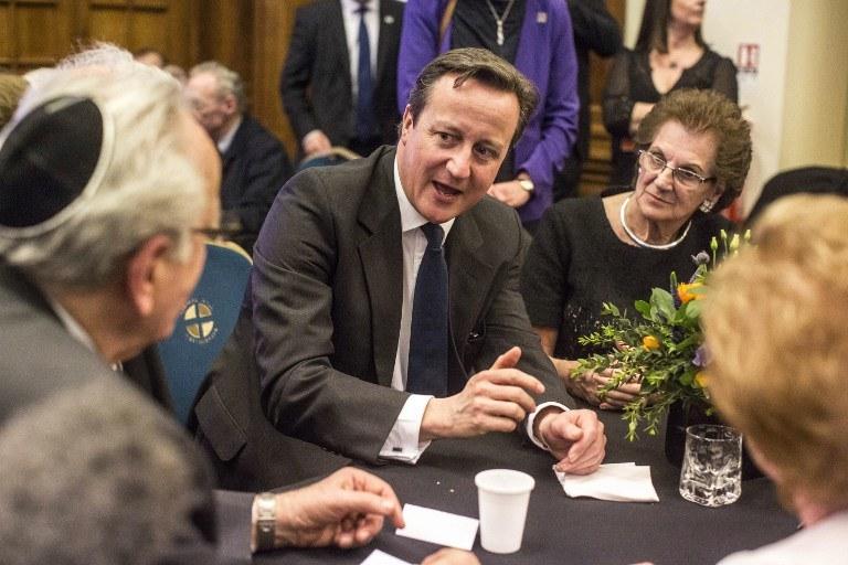 David Cameron rozmawia z ocalałymi z Holokaustu /RICHARD POHLE / POOL / AFP /AFP