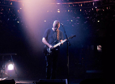 "David Gilmour na okładce DVD ""Remember That Night - Live At The Royal Albert Hall"" /EMI Music Poland"