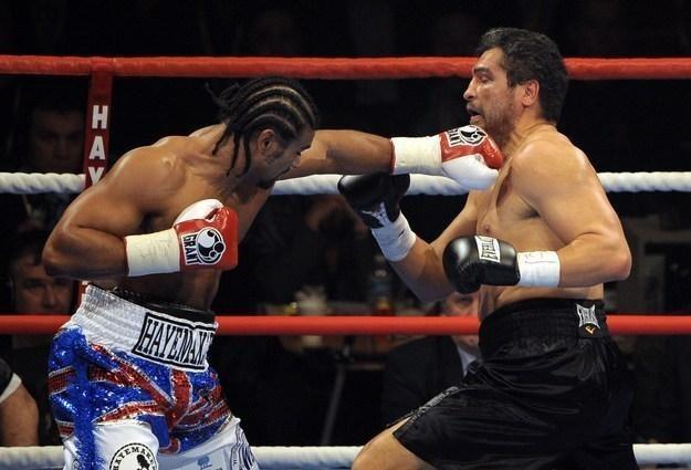 David Haye (z lewej) w walce z Johnem Ruizem /AFP