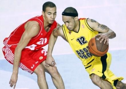 David Logan (z prawej) chce wzmocnić koszykarską kadrę Polski /AFP