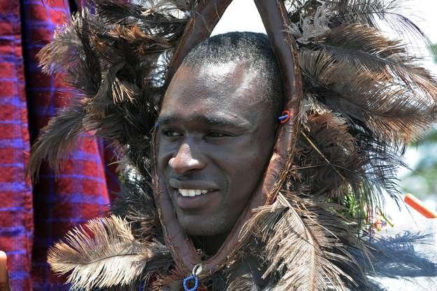 David Rudisha pozuje w pióropuszu po tym, jak został mianowany wojownikiem Masajów /AFP