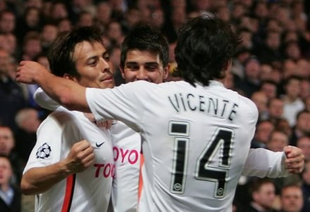 David Silva w objęciach Davida Villi i Vicente. Chelsea-Valencia 1:1 /AFP