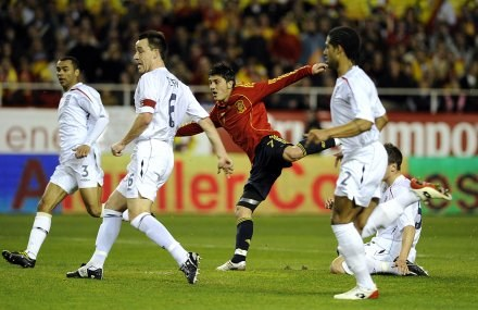 David Villa strzela gola na 1:0. /AFP