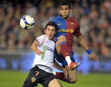 David Villa (Valencia) w walce o piłkę z Dani Alvesem (Barcelona) /AFP