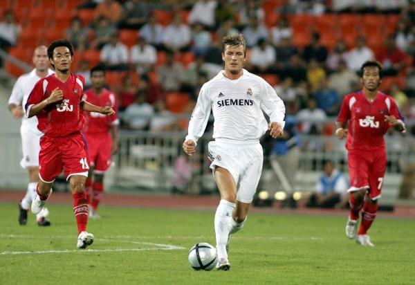 Davidowi Beckhamowi (biała koszulka) podoba się życie w Madrycie /AFP