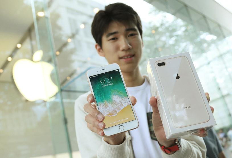 Dawanie dziecku iPhone'a do zabawy może skończyć się źle /AFP