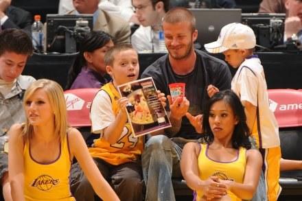 Dawid Beckham z dziećmi obserwował mecz Los Angeles Lakers /AFP