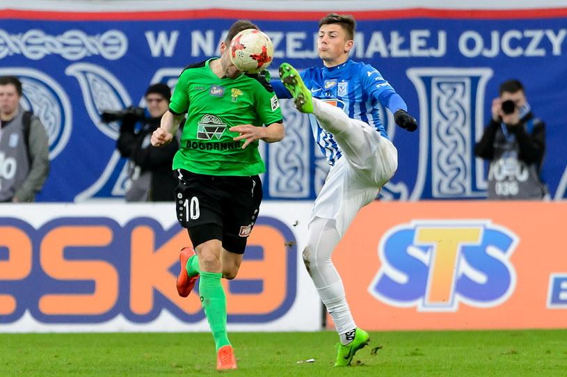 Dawid Kownacki (z prawej) walczy o piłkę z Bartoszem Śpiączką /Jakub Kaczmarczyk /PAP