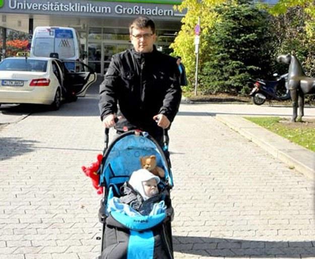 Dawid Kuźniak z synem Marcelem przed kliniką w Monachium już po operacji/ fot. Iza Kuźniak /Tygodnik Pałuki