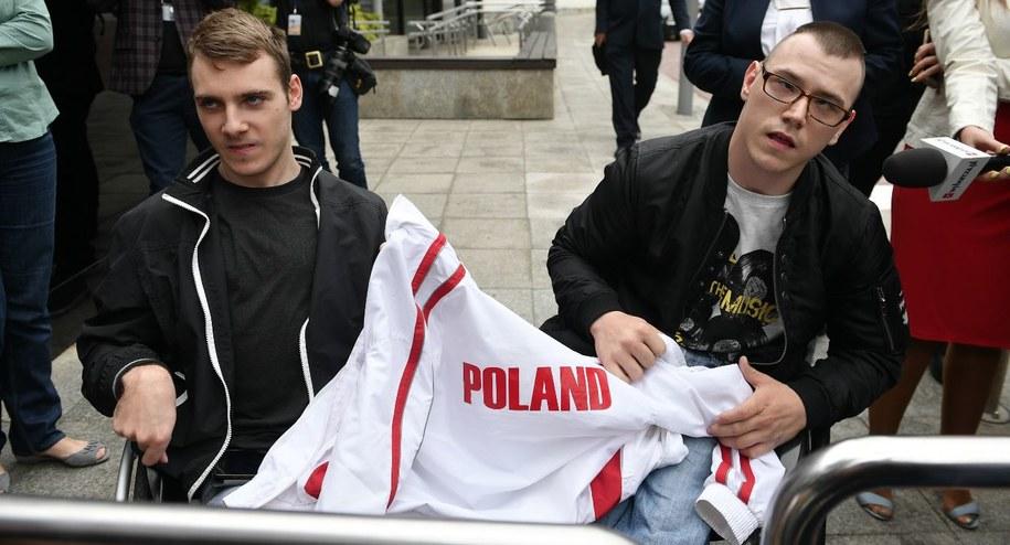 Dawid Stanewicz i Jakub Hartwich przed Sejmem / Marcin Obara  /PAP