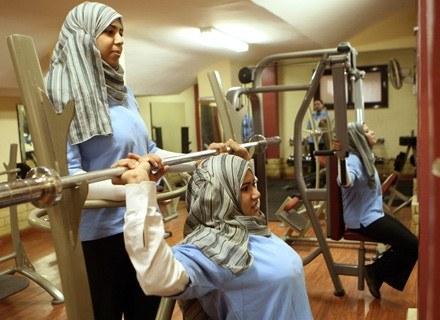 Dawlat al-Amine (C), Sofie Mohammed (L) i Basma Abdel Menim (P) ćwiczą w kairskiej siłowni /AFP