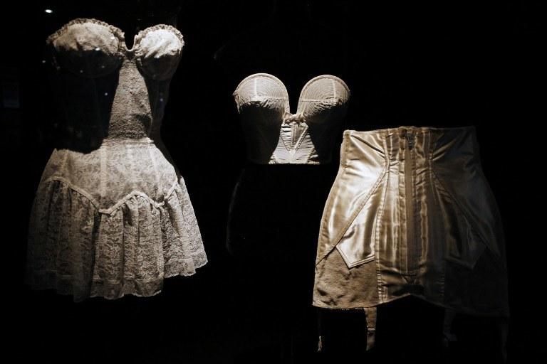 Dawna bielizna prezentowana na wystawie w Muzeum Sztuki Dekoracyjnej w Paryżu /AFP