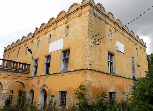 Dawne zabudowania pałacowe zaadaptowane na mieszkania / Dariusz Pietrucha /Odkrywca