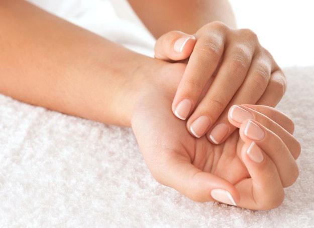 Dbającym o siebie kobietom na pewno nie trzeba przypominać, że obgryzanie paznokci niszczy płytkę paznokcia /©123RF/PICSEL