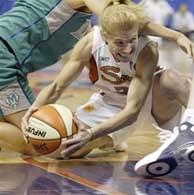 Debbie Black z ekipy Sun walczy o piłkę w parterze /INTERIA.PL/AP