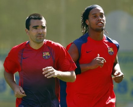 Deco czuje na plecach oddech Ronaldinho /AFP