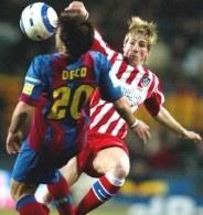 Deco i Torres walczą o piłkę /AFP