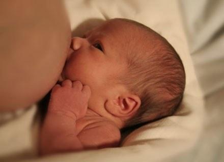 Decyzja o podaniu malcowi butelki wywołana jest chęcią przejścia na dietę po ciąży /© Panthermedia